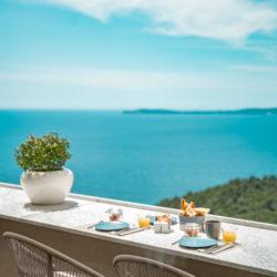 Hotel 4 etoiles La Villa Douce - Saint Tropez - Terrasse club papillon , petit déjeuner vue mer